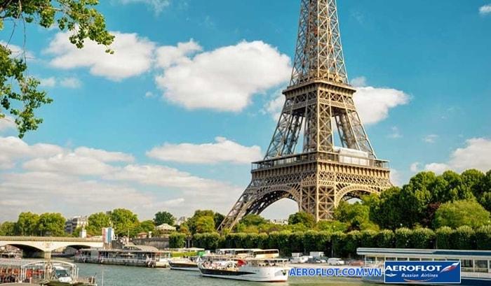 Tháp Eiffel nằm dọc theo dòng sông Seine