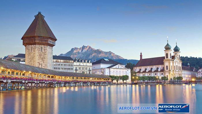 Thành phố nhỏ cổ kính được bao quanh bởi các dãy núi