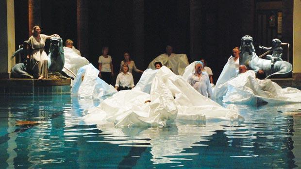 Trình diễn Aquaria Palaoa kỳ lạ ở Berlin