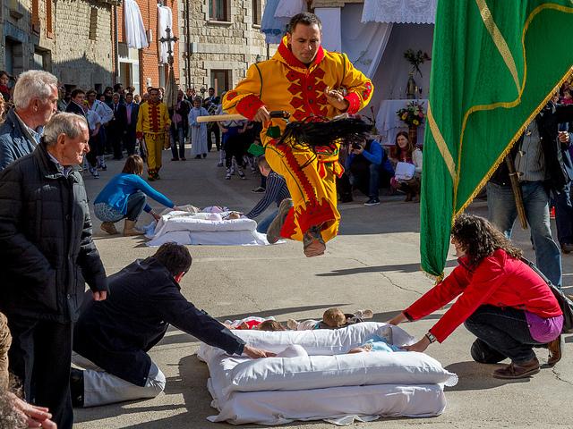 Thót tim với lễ hội El Colacho ở Tây Ban Nha