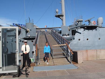 Lối kiểm tra an ninh khi lên tham quan chiến hạm