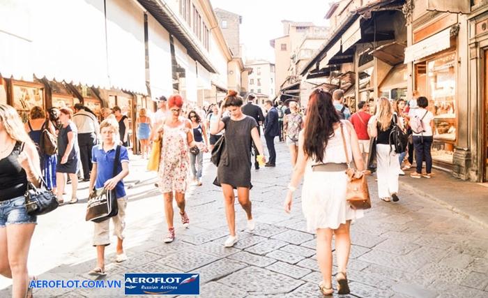 Đi bộ dọc các con phố ở Italia