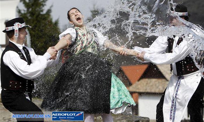 Lễ hội dội nước vào phụ nữ