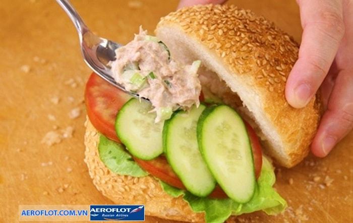 Bánh kẹp salad trứng cá cơm