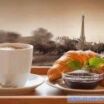 Nhâm nhi cà phê ăn sáng với croissant