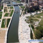 Đi bộ ven sông tại công viên Madrid Río