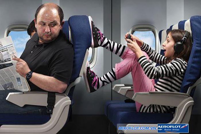 Không nên chống chân lên ghế đằng trước