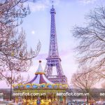 Tháp Eiffel đắm mình trong không gian huyền ảo vào dịp Giáng Sinh