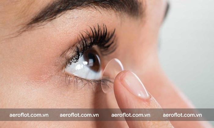 Không nên đeo kính áp tròng khi đi máy bay